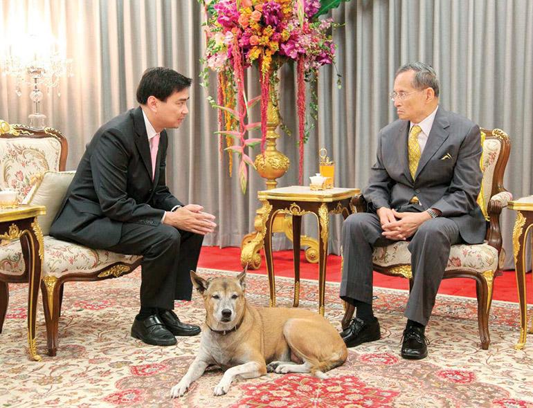 Abhisit visiting Thai King Bhumibol Adulyadej in hospital