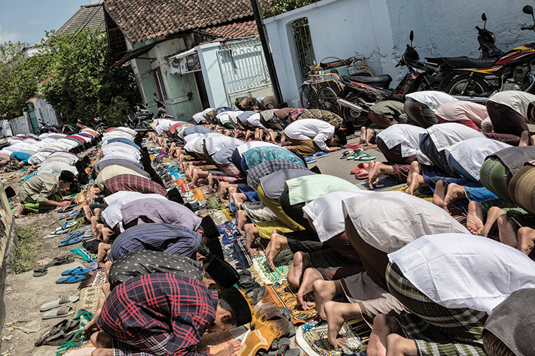 life at Pondok Pesantren Lirboyo revolves around daily prayer sessions and the local mosque