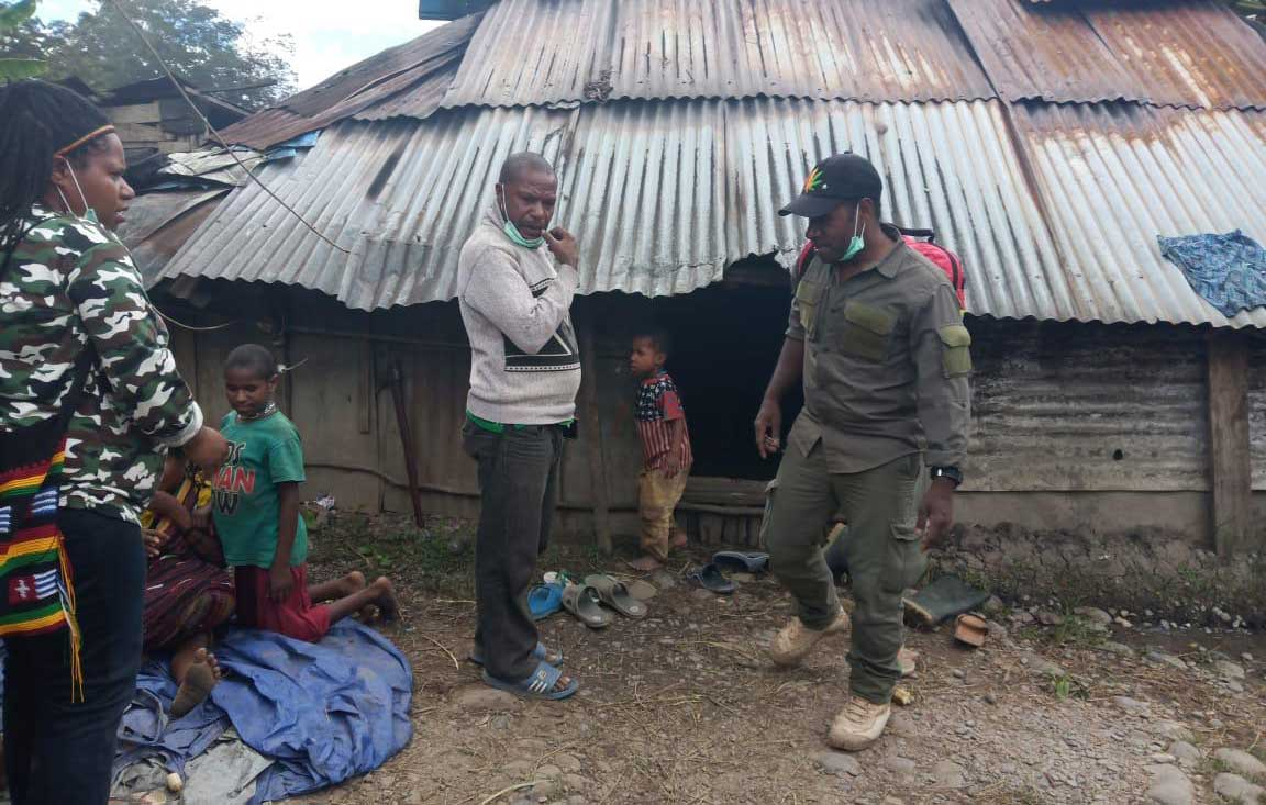 Local volunteers distributing supplies in Wamena. Photo: Hipolitus Wangge