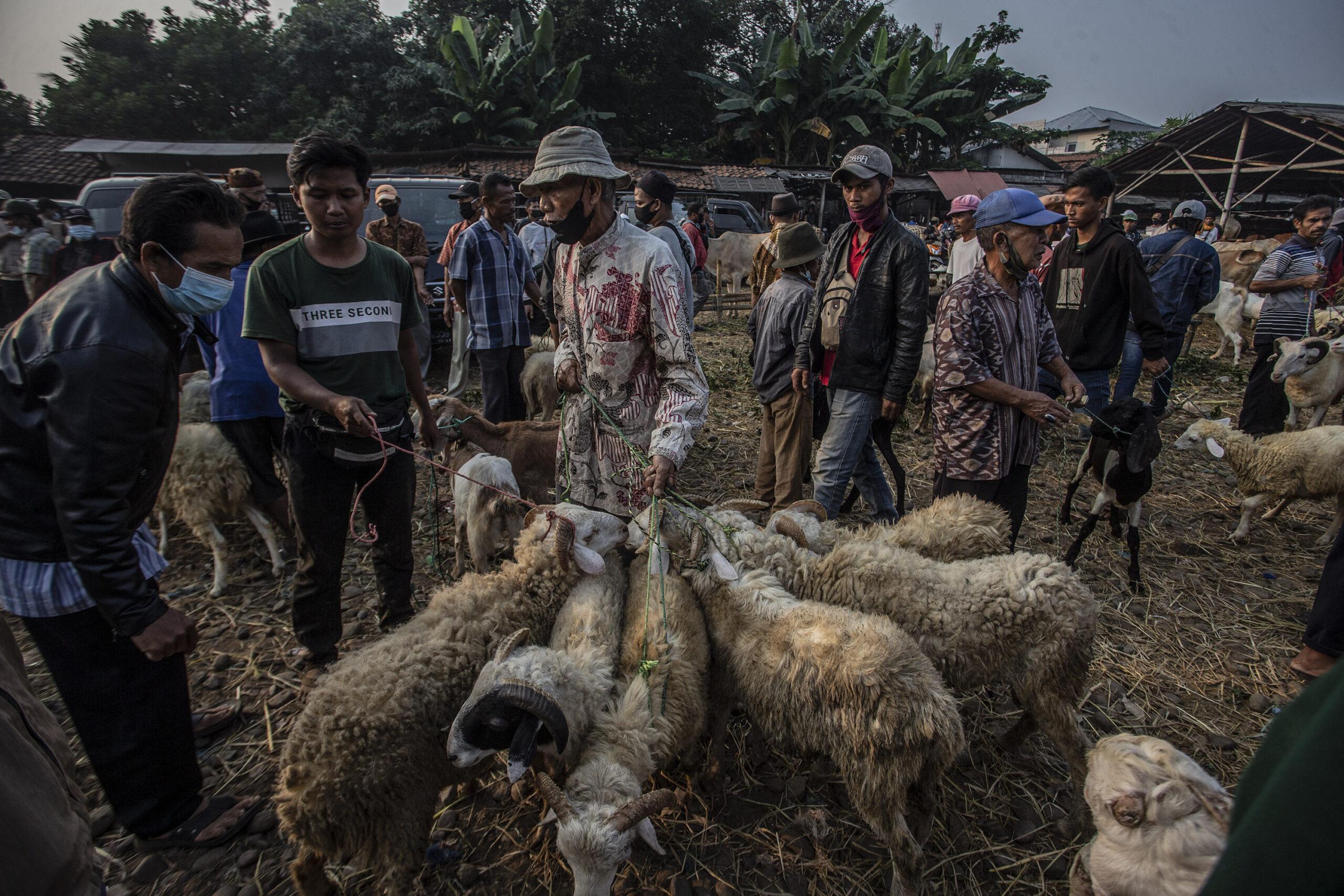 Indonesians gather to pray for Eid al-Adha despite virus surge